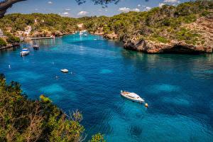 Bureaubladachtergronden Majorca Spanje Rivierschepen Een baai Heuvels Natuur