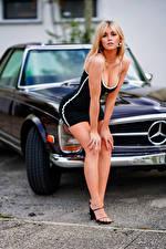 Bakgrundsbilder på skrivbordet Blond tjej Pose Klänning Dekolletage Blick Bokeh Marina ung kvinna Bilar