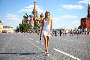Bakgrunnsbilder Moskva Russland Veske Blond jente Et torg Spasertur Kjole Briller Hender Ben Red Square ung kvinne
