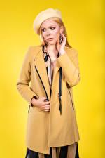 Fotos Blondine Mantel Barett Posiert Farbigen hintergrund Olga-Maria Veide Mädchens