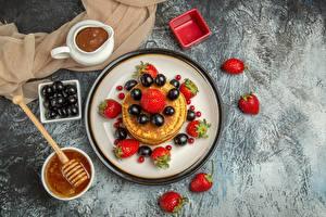 Fotos & Bilder Eierkuchen Erdbeeren Weintraube Schokolade Honig Lebensmittel
