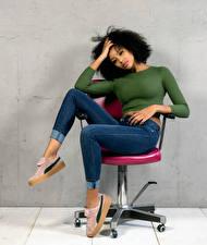 Sfondi desktop Poltrona Sedute In posa Jeans Sguardo Sainabou Ragazze