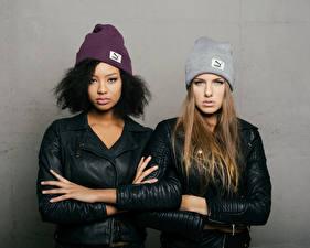 Fotos Pose 2 Jacke Hand Mütze Starren Sainabou and Vanessa Mädchens