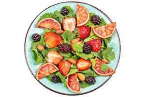 Fotos & Bilder Salat Erdbeeren Brombeeren Grapefruit Nussfrüchte Weißer hintergrund Teller Lebensmittel