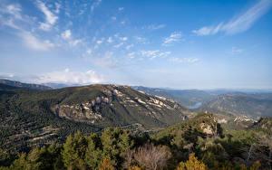 Bureaubladachtergronden Spanje Bergen Landschap van Hemelgewelf Catalonia
