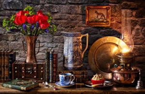 Hintergrundbilder Stillleben Tulpen Petroleumlampe Törtchen Vase Kanne Bücher Tasse Blumen