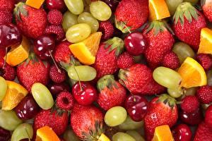 Tapety na pulpit Truskawki Winogrona Wiśnia Maliny Pomarańcza owoc Jagody Owoce