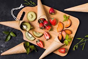 Fotos & Bilder Erdbeeren Kiwi Schneidebrett Eistüte Lebensmittel