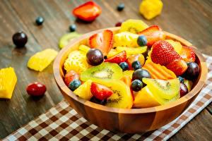 Fotos & Bilder Erdbeeren Kiwi Salat Weintraube Heidelbeeren Obst Schüssel Lebensmittel