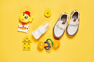 Fotos Spielzeuge Farbigen hintergrund Stöckelschuh Flaschen