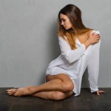 Fotos Sitzt Bein Hemd Xenia Mädchens
