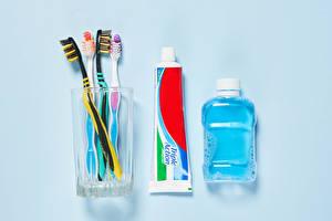 Bilder Farbigen hintergrund Trinkglas Flaschen toothbrush, toothpaste