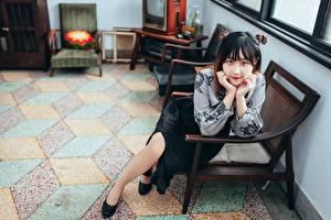 Sfondi desktop Asiatici Poltrona Seduto Colpo d'occhio giovani donne
