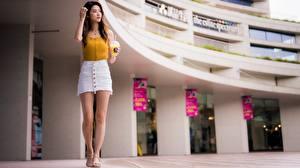 Fotos Asiatische Braune Haare Hand Trinkglas Rock Bein Unscharfer Hintergrund junge frau