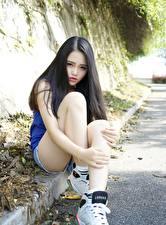 Bilder Asiatisches Brünette Sitzend Hand Bein junge Frauen