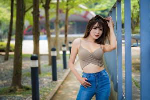 Fondos de Pantalla Asiático Pose Bokeh Camiseta de tirantes Pantalón vaquero Contacto visual Chicas imágenes