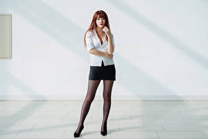 Bakgrundsbilder på skrivbordet Asiatisk Pose Ben Kjol Blus Ser ung kvinna