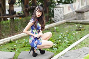 Bureaubladachtergronden Aziaten Poseren Zittend Jurk Kijkt jonge vrouw