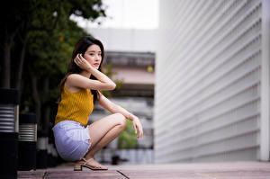 Hintergrundbilder Asiatische Posiert Sitzt Starren Bokeh Mädchens