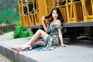 Bureaubladachtergronden Aziaten Zitten Jurk Benen Kijkt Jonge_vrouwen