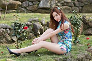 Hintergrundbilder Asiatisches Sitzen Kleid Bein High Heels Braunhaarige junge Frauen