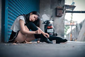 Bilder Asiatische Sitzt Bein Uniform Schulmädchen Blick junge Frauen