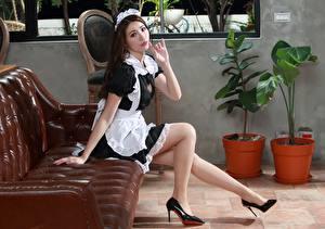 Fotos Asiatische Sofa Sitzt Dienstmädchen Uniform Bein Starren Mädchens