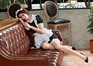 Fotos Asiatische Sofa Uniform Dienstmädchen Blick junge Frauen