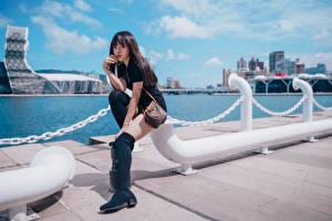 Tapety na pulpit Azjaci Waterfront Siedzą Nogi Spojrzenie Dziewczyny