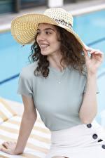 Fotos & Bilder Braunhaarige Blick Lächeln Der Hut Hand Mädchens