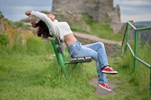 Fotos Braune Haare Sitzt Jeans Bank (Möbel) Gras Plimsoll Schuh Sweatshirt junge frau