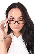 Fondos de escritorio Claudia Bavel El fondo blanco Cabello negro Nia Maquillaje Mano Tatuaje Contacto visual Lentes mujer joven