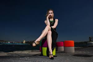 Fotos & Bilder Abend Braunhaarige Sitzend Kleid Hand Bein Stöckelschuh Mädchens