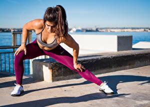 Hintergrundbilder Fitness Pose Dehnübung Uniform Hand Bein Turnschuh Braune Haare junge frau