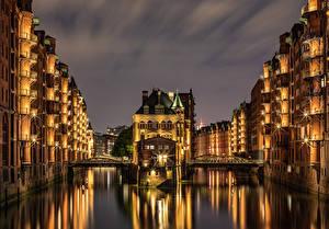 Bakgrunnsbilder Tyskland Hamburg Bygning Borg Elver Elv En bro Natt Lysstråler Water castle Speicherstadt