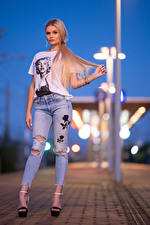 Desktop hintergrundbilder Blondine Posiert Jeans T-Shirt Starren Jasmin junge Frauen