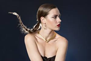 Fotos & Bilder Schmuck Halskette Grauer Hintergrund Zopf Ohrring Make Up Mädchens