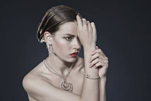 Fotos & Bilder Schmuck Halskette Grau Blick Ring Ohrring Hand Brünette Mädchens