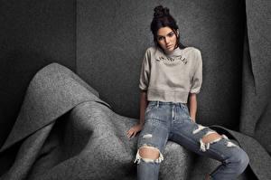Hintergrundbilder Brünette Sitzend Blick Hand Jeans Kendall jenner Prominente Mädchens