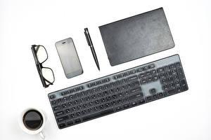 Fonds d'écran Clavier d'ordinateur Café Ordinateur portable Lunettes Smartphone Tasse Fond blanc