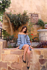 Bilder Leona Mia Sitzt Kleid Bein Blick junge frau