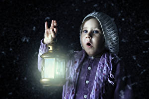 Fondos de Pantalla Niñas Noche Farola Mano Sorpresa Niños imágenes