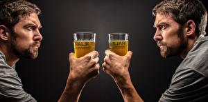 Bilder Mann Bier Hand Weinglas Starren