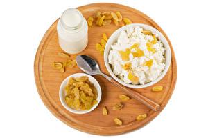 Bilder Milch Topfen Weißkäse Quark Hüttenkäse Rosinen Weißer hintergrund Schneidebrett Flasche Löffel das Essen