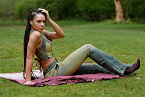 Hintergrundbilder Sitzend Jeans Zopf Starren Neger Monica Jasmine junge frau
