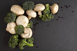 Photo Mushrooms Broccoli Black pepper Gray background
