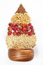Hintergrundbilder Haferbrei Erdbeeren Schalenobst Weißer hintergrund Getreide Lebensmittel