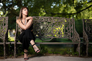 Bilder Bank (Möbel) Sitzt Posiert Hand Blick Sarah junge Frauen