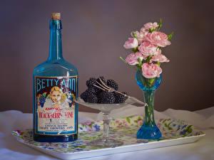 Fotos Stillleben Rose Brombeeren Vase Rosa Farbe Flasche Blumen Lebensmittel