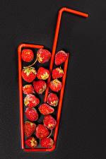 Bilder Erdbeeren Grauer Hintergrund Lebensmittel